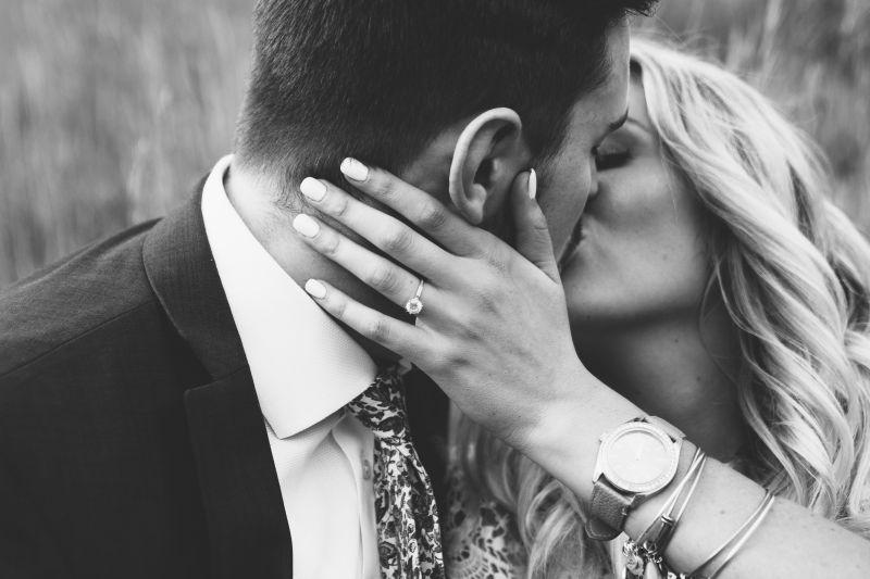 Чувственный поцелуй мужчины и женщины