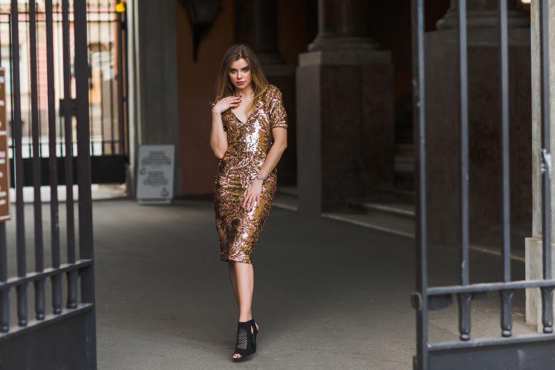 Облегающее платье и чувственный взгляд у девушки