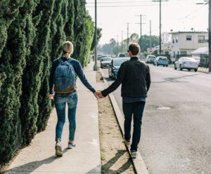 Мужчина и женщина идут за руки