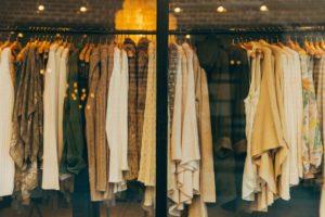 Женский бутик через витрину