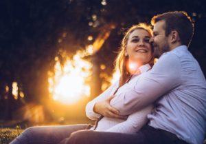 Мужчина и женщина счастливы вместе