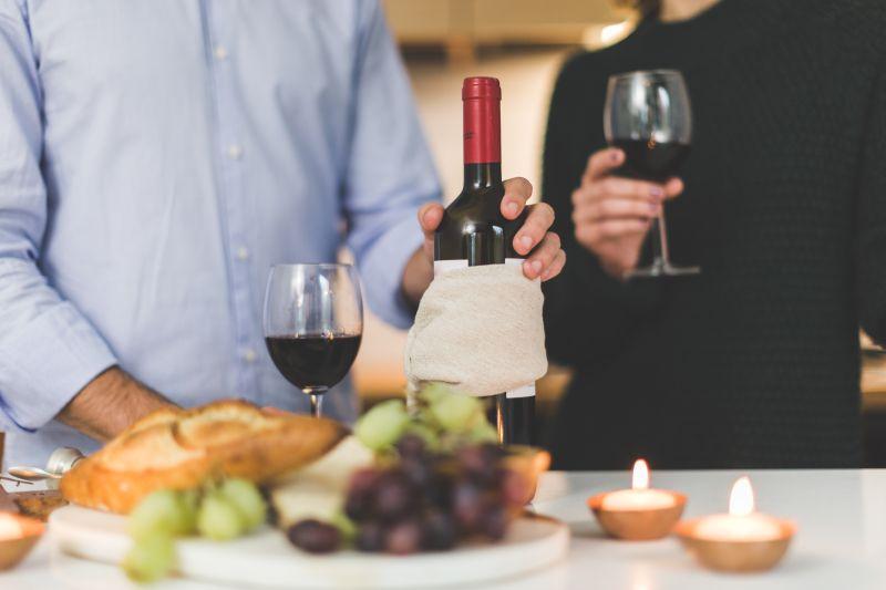 Ужин при свечах с вином