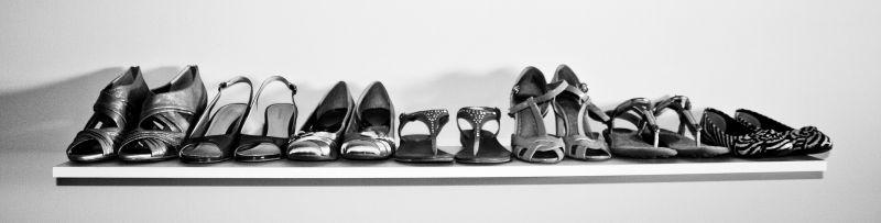 Стильная женская обувь на полочке